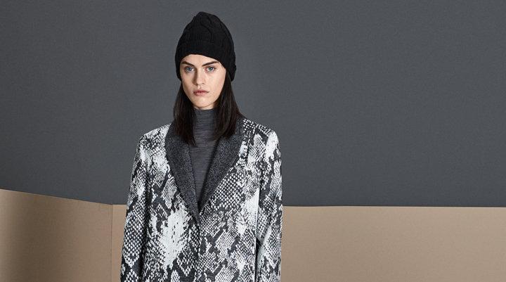Donkergrijze mantel over bruine gebreide trui met een grijze muts van BOSS