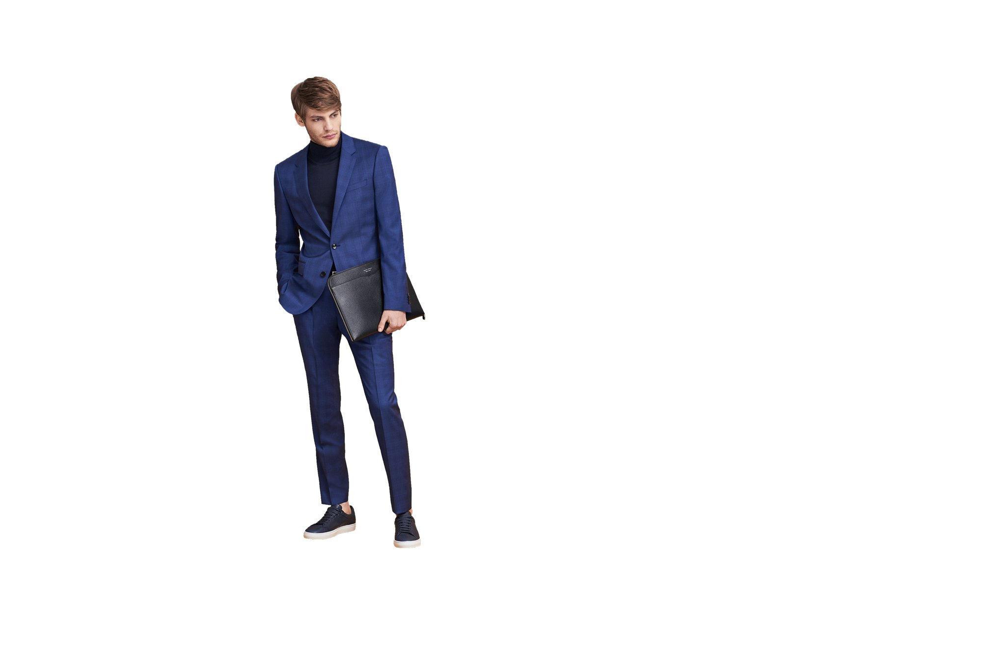 Schwarze Tasche, blauer Anzug, Rollkragenpullover und Schuhe von BOSS