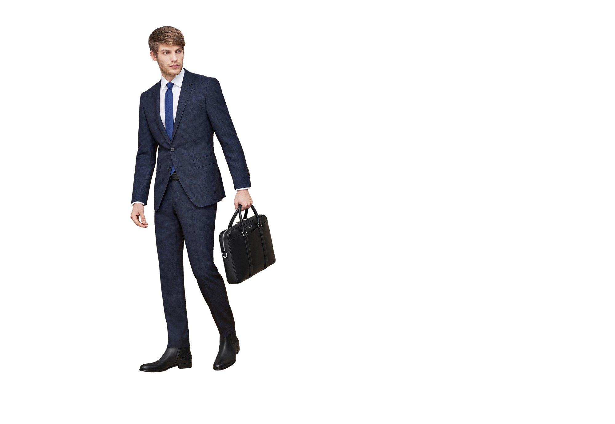 Blauer Anzug und Krawatte, schwarze Chelsea Boots und Signature Bag von BOSS