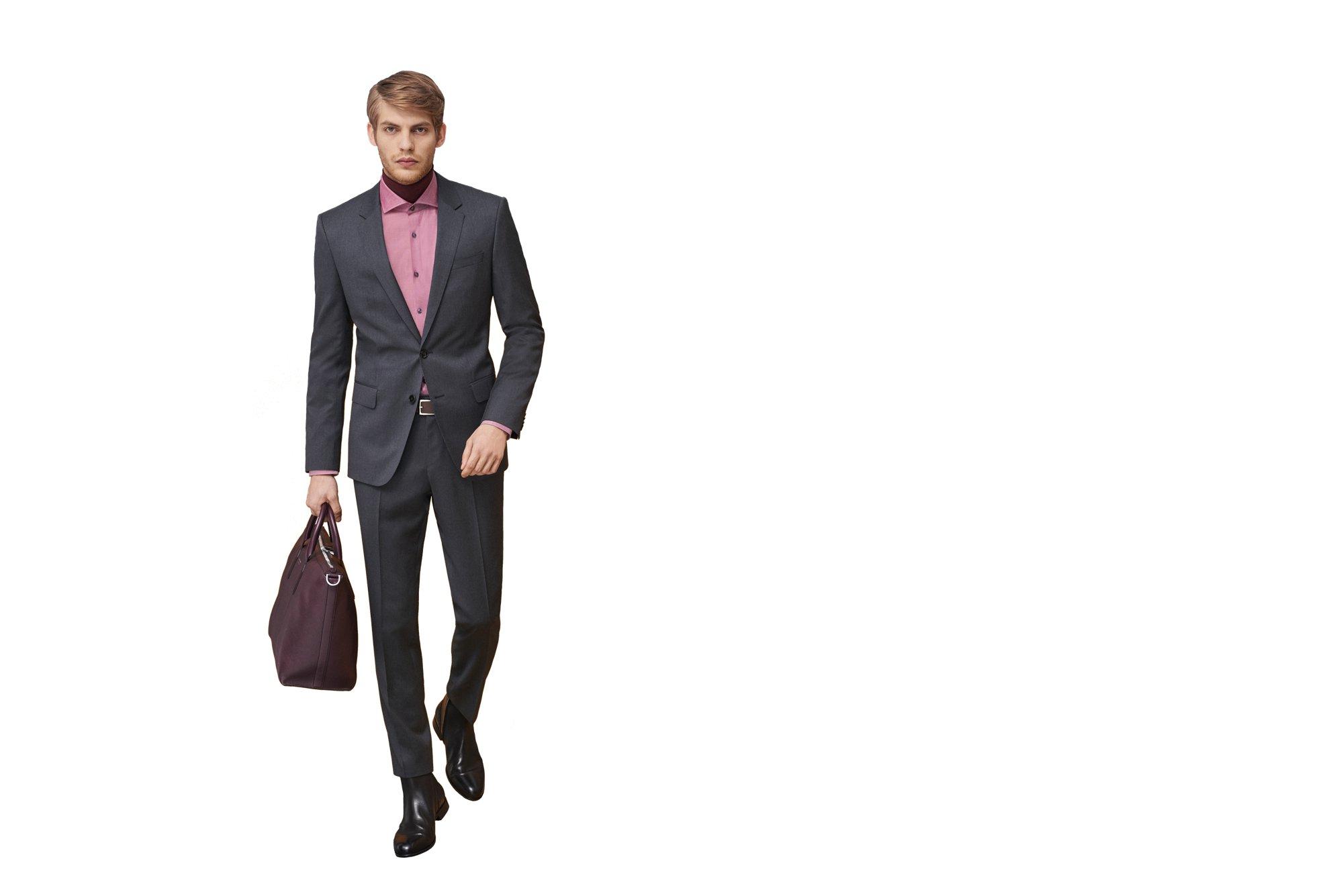 Grauer Anzug, pinkfarbenes Hemd und schwarze Boots von BOSS