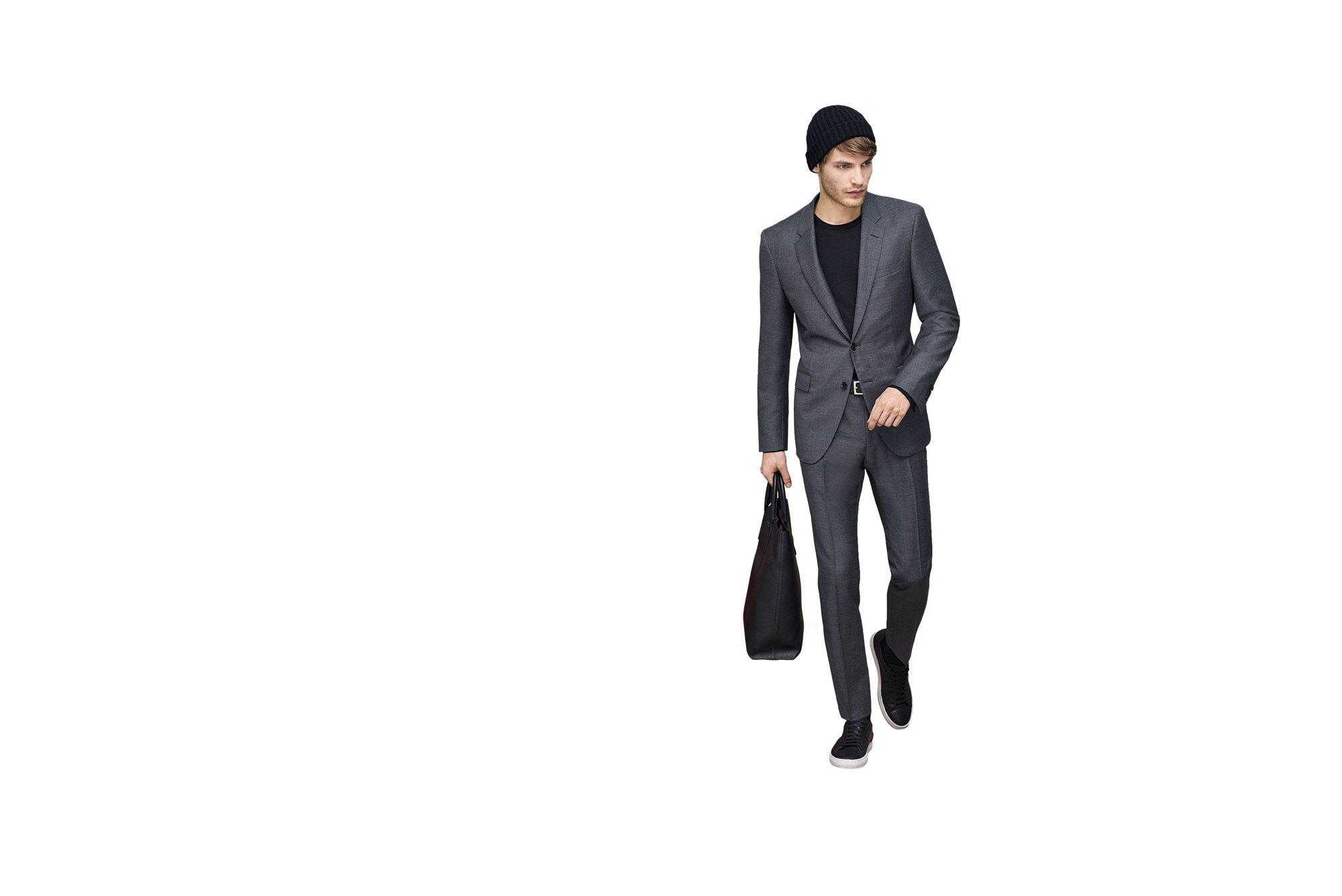 Grauer Anzug, schwarzes T-Shirt, Schuhe und Tasche von BOSS