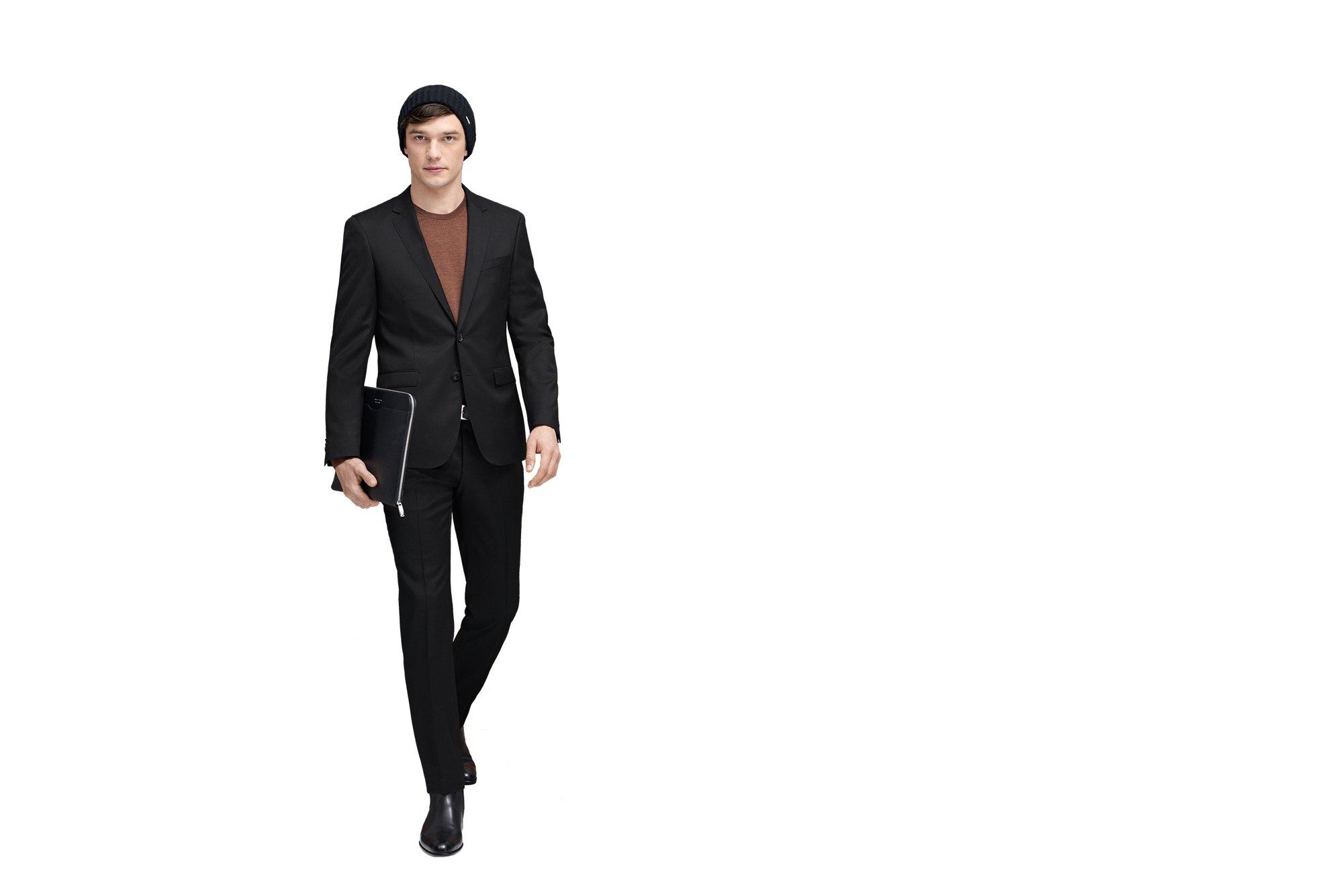 Schwarzer Anzug, Schuhe und Tasche, braunes T-Shirt von BOSS