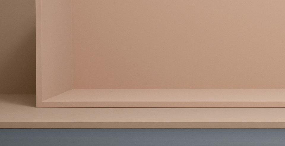 Model in leichter BOSS Steppjacke in Rosa. Tailliert geschnitten. Kombiniert mit dunkler Sonnenbrille.