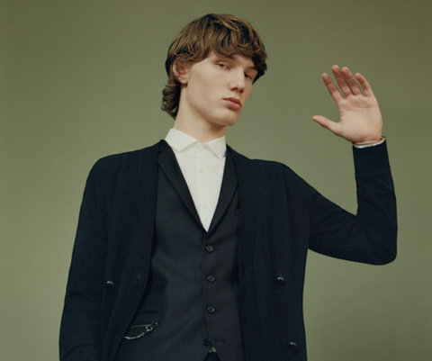 Schwarzer Strick, Weste, Hose und weißes Hemd von HUGO