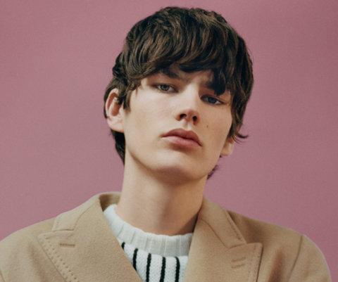 Mantel in Natur und gestreifter Pullover von HUGO