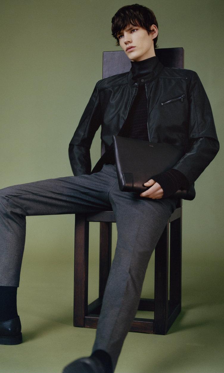 Schwarze Jacke, Pullover, graue Hose und Schuhe von HUGO