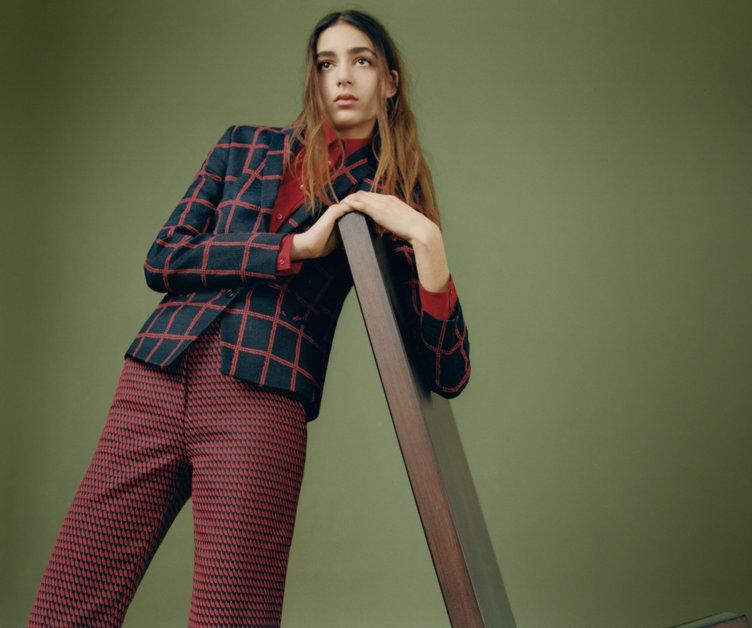 Gemusterter Blazer, roter Pullover und gemusterte Hose von HUGO