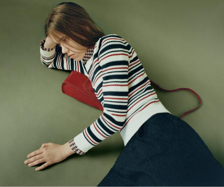 Gestreifter Pullover, blauer Rock und rotes Kleid von HUGO