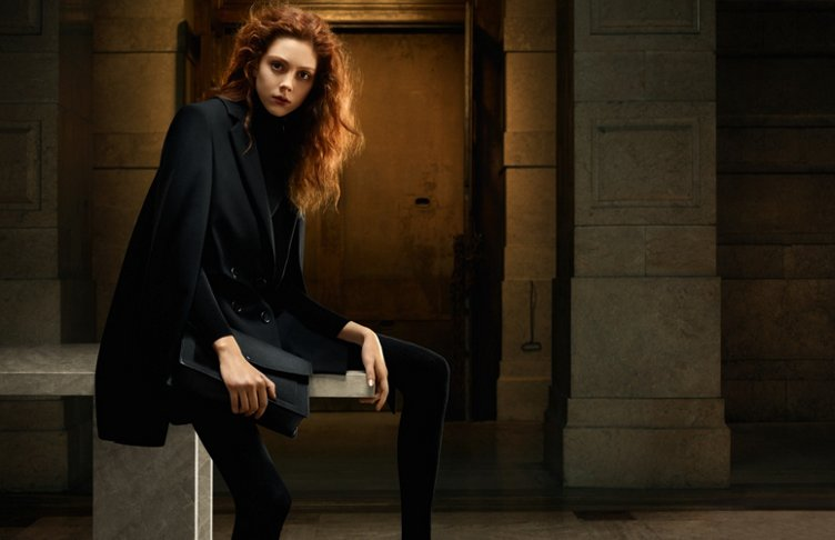 Zwarte mantel, gebreide trui en tas van HUGO