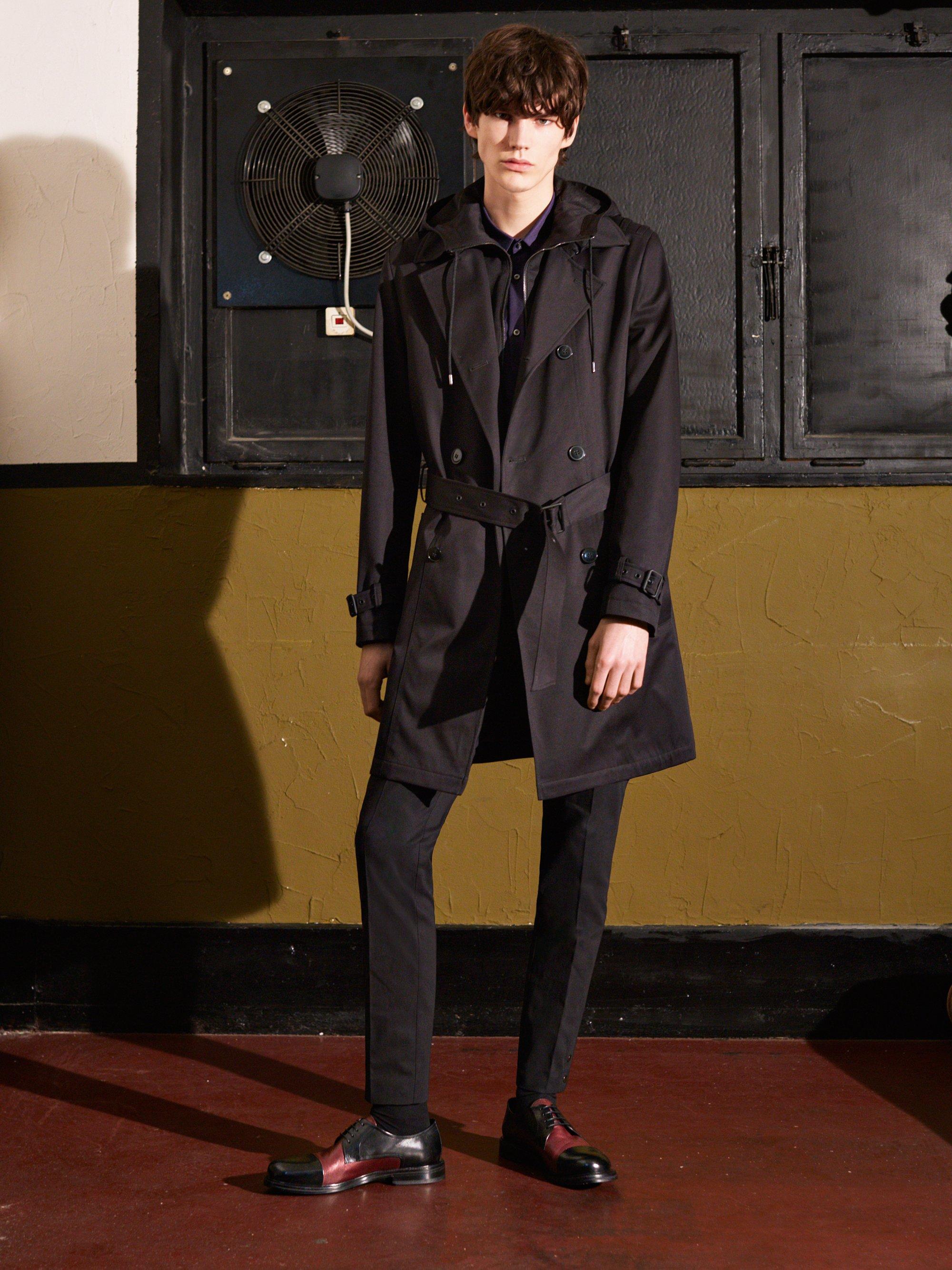Schwarzer Trenchcoat, Hose und Schuhe von HUGO