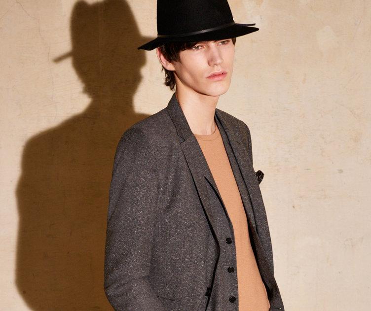 Grauer Anzug, brauner Strick und schwarzer Hut von HUGO