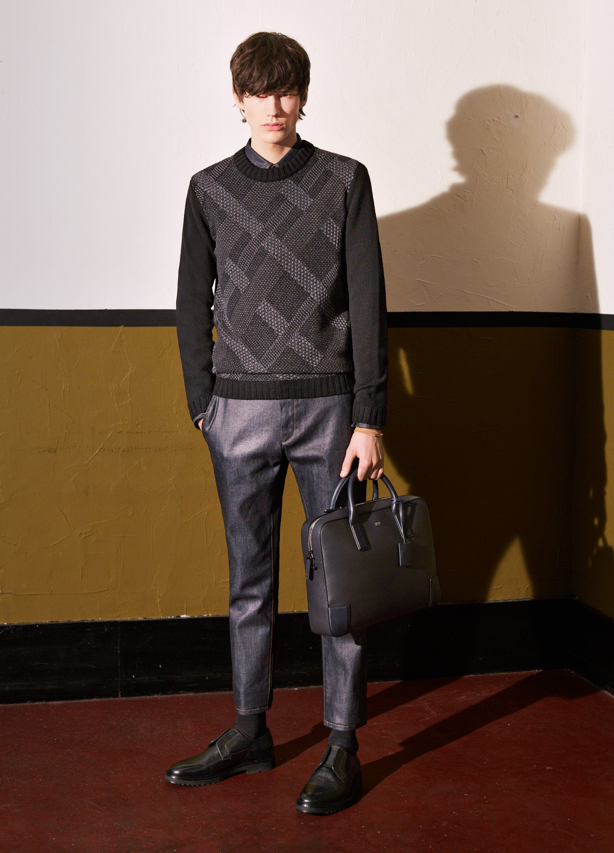 Geruite trui, grijze broek, zwarte tas en schoenen van HUGO
