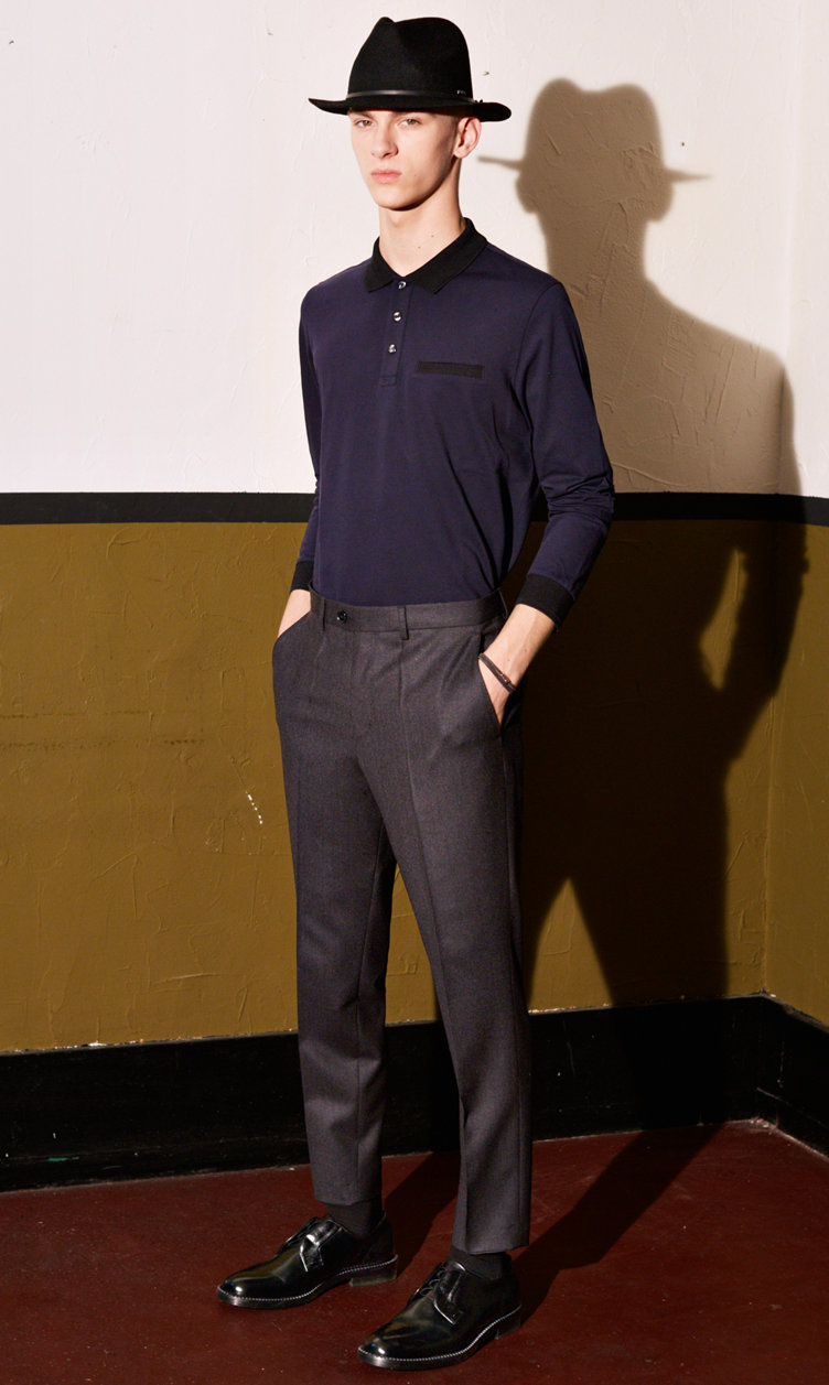 Donkerblauw overhemd, broek, hoed en schoenen van HUGO