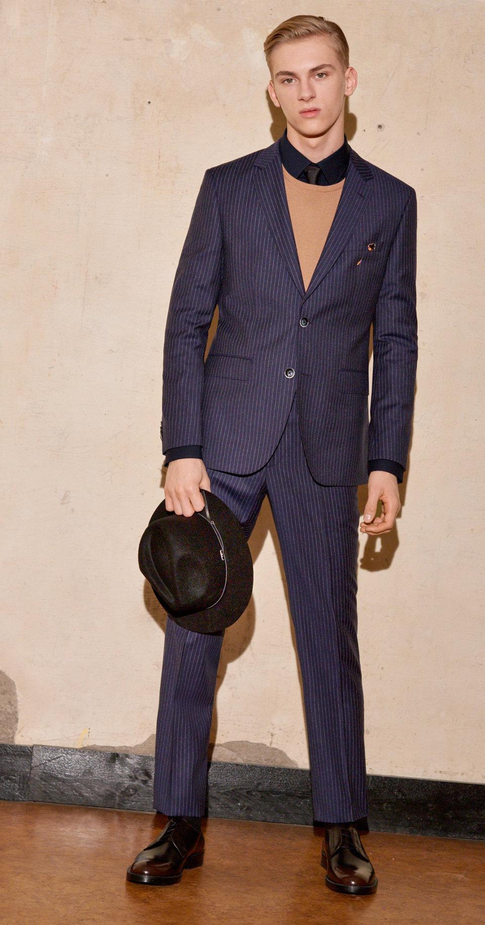 Blauw kostuum, zwarte halsmode en hoed van HUGO