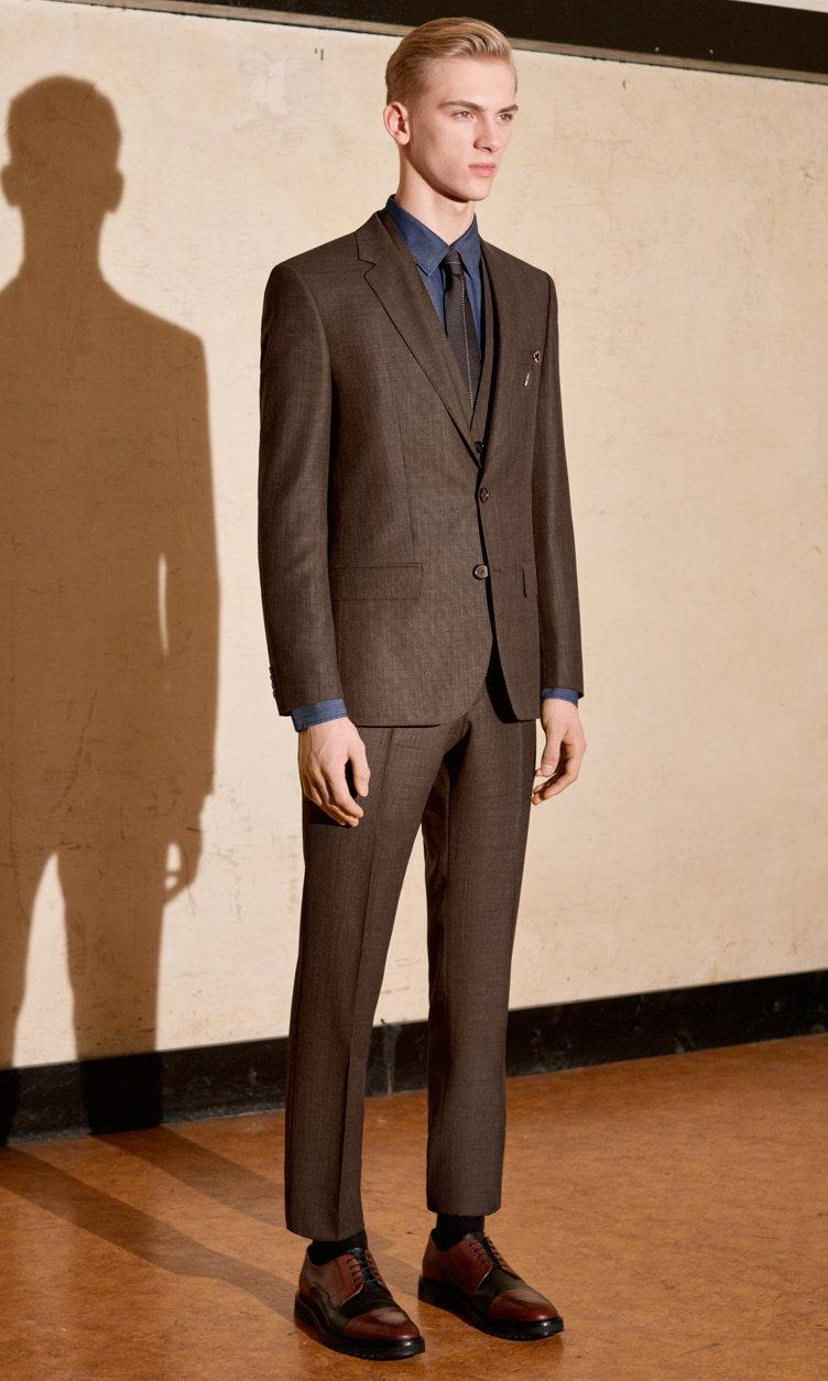 Donkergeel kostuum, open blauw overhemd en bruine schoenen van HUGO