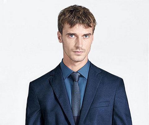 Blauw colbert, overhemd en stropdas van BOSS