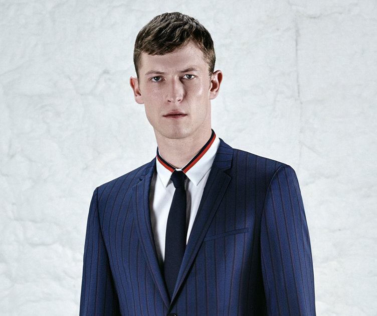 Blauer Anzug, weißes Hemd und blaue Krawatte von HUGO