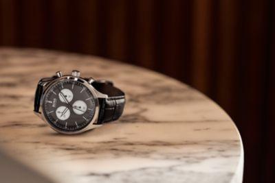 Reloj de acero inoxidable con correa de piel negra