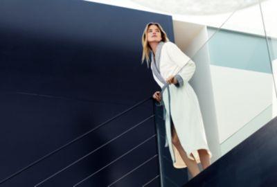 Martha Hunt in einem weißen Bademantel von BOSS