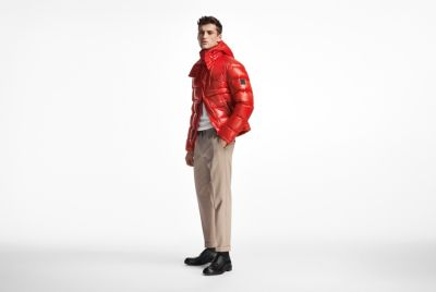 Mannelijk model draagt rode jas van BOSS