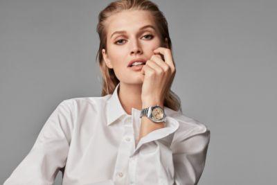 le mannequin Toni Garrn porte les derniers modèles de la nouvelle collection de montres BOSS