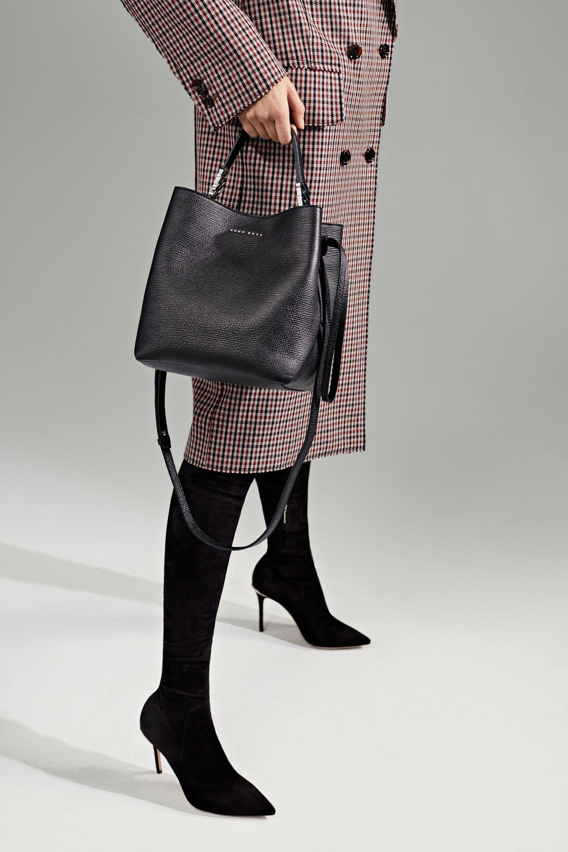 BOSS女装系列专注打造简约、美观的服饰穿搭,并借助配饰的烘托以臻于出色表现。本季,BOSS女装秋冬系列精选了柔和的主色调,再融诸如黑色、焦糖色之类的经典色彩。这样的配色亦会延续至我们配饰系列上,颇具现代感的细节下是象征BOSS身份的LOGO
