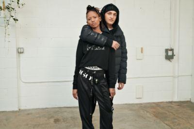 Vrouwelijk en mannelijk model dragen de logostijlen van HUGO