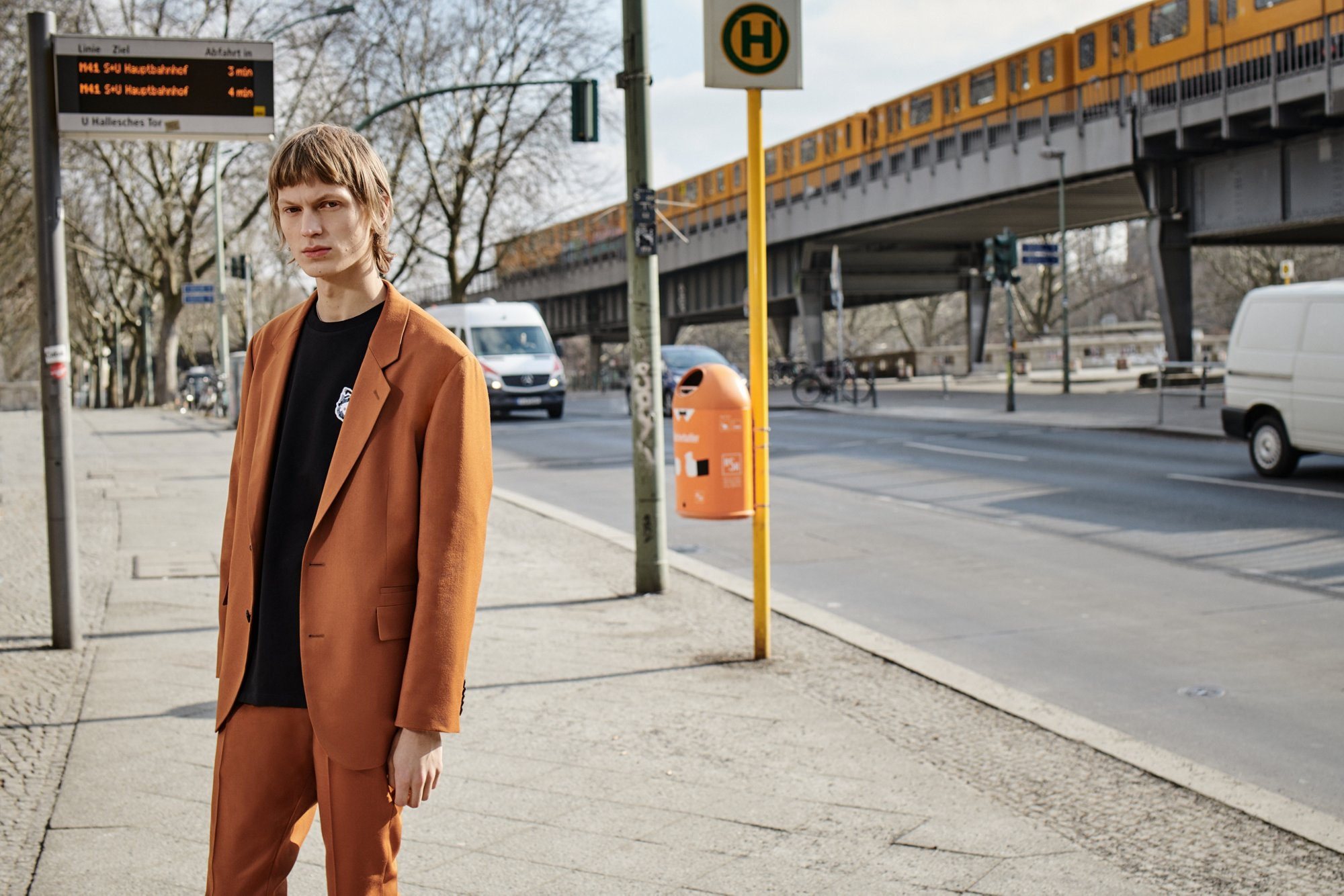 东经13°2,北纬32°31,Anwar Hadid, Selena Forrest等活力卡司在此集结。他们身着HUGO 2018 秋冬系列服装,以HUGO之名游走在柏林的大街小巷,开启柏林探索旅途