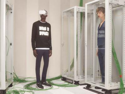 Mannelijke modellen dragen outfits uit de eerste digitaal ontworpen capsule van HUGO