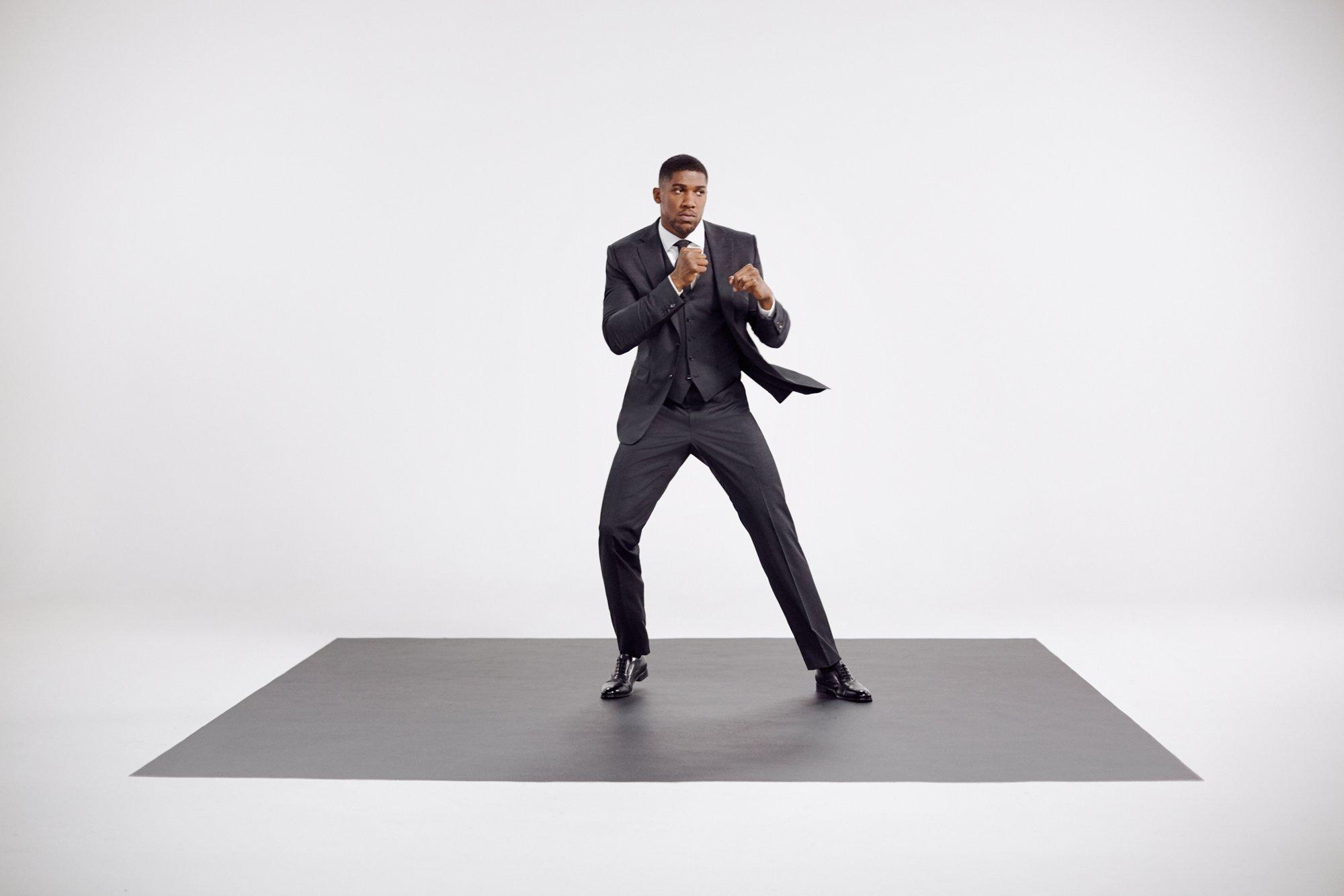 作为一位生活在聚光灯下的运动员,世界重量级拳击冠军选手Anthony Joshua深知如何在确保穿着舒适性的前提下拥有一身无懈可击的穿着。他将为我们展示兼具便于行动的延展度与严密贴合身材的剪裁工艺相结合的时尚型格