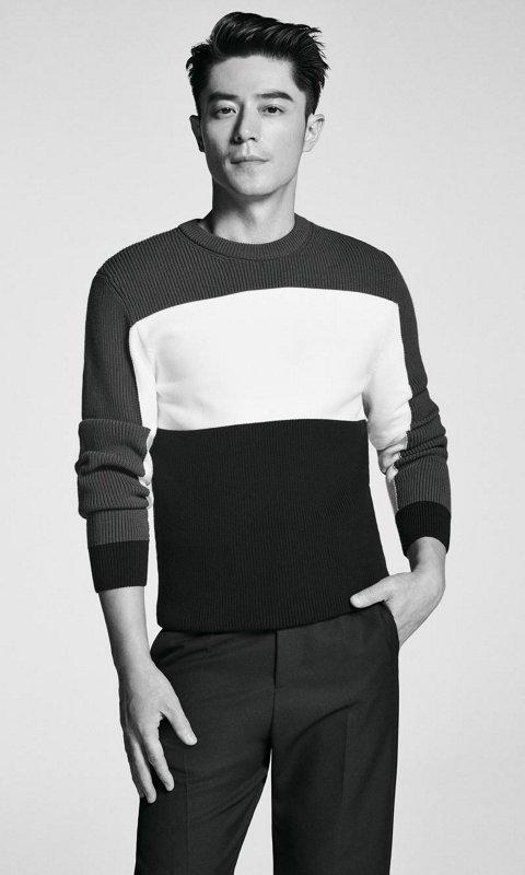 这款BOSS男士圆翻领毛衣采用意大利美利奴羊毛面料制作,颇具柔软的穿着感。该款极简主义风格的修身版单品配以长袖和罗纹袖口,展现优质质感;上衣下摆饰以一枚BOSS徽章,颇具看点。该款素雅的毛衣外搭运动风格外套或与牛仔裤搭配,打造惬意的休闲着装