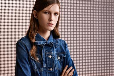 La donna indossa una giacca di jeans by BOSS