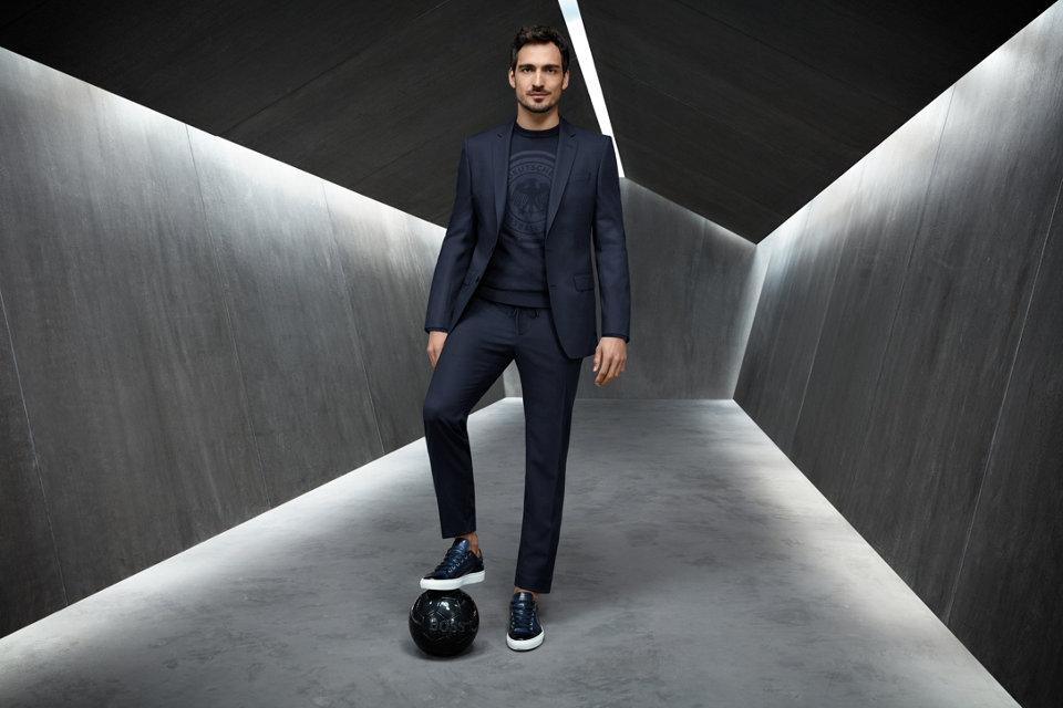 球员们身着精致西服和同色系POLO衫,搭配轻松的Sneaker,彰显着运动绅士的独特魅力