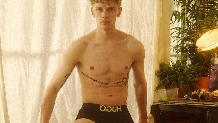 Männliche Models mit Bodywear aus der HUGO Bodywear-und Socken-Kollektion