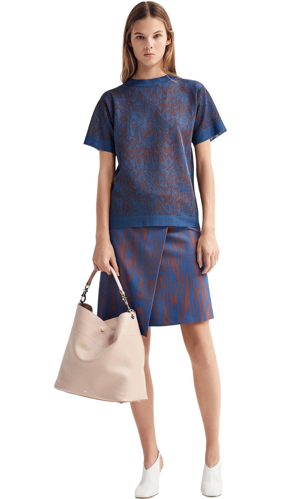 bd2f4fbf2a Modelo femenina con punto azul