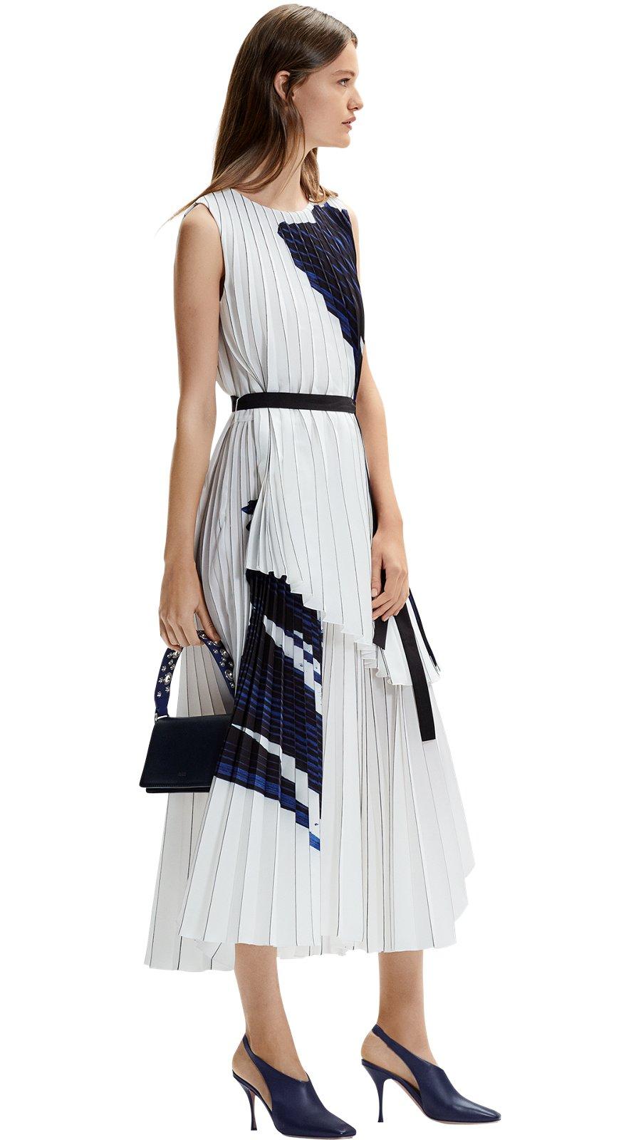 4eb3ff66f9 Modelo femenina con vestido vainilla claro y calzado blanco BOSS ...
