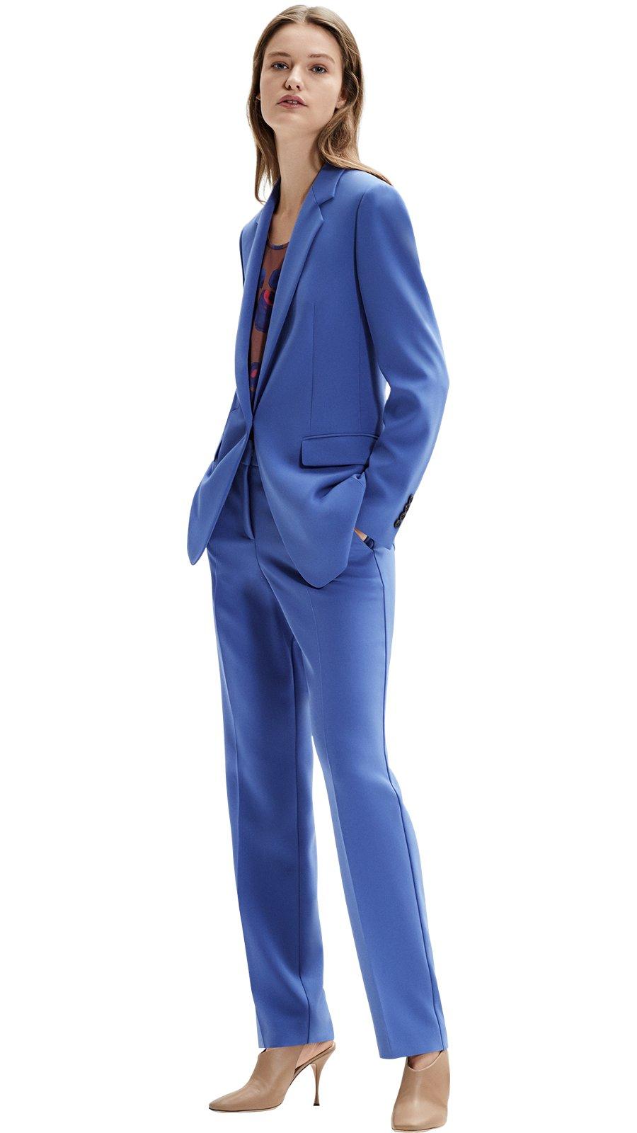 e8797555a2 Modelo femenina con chaqueta azul