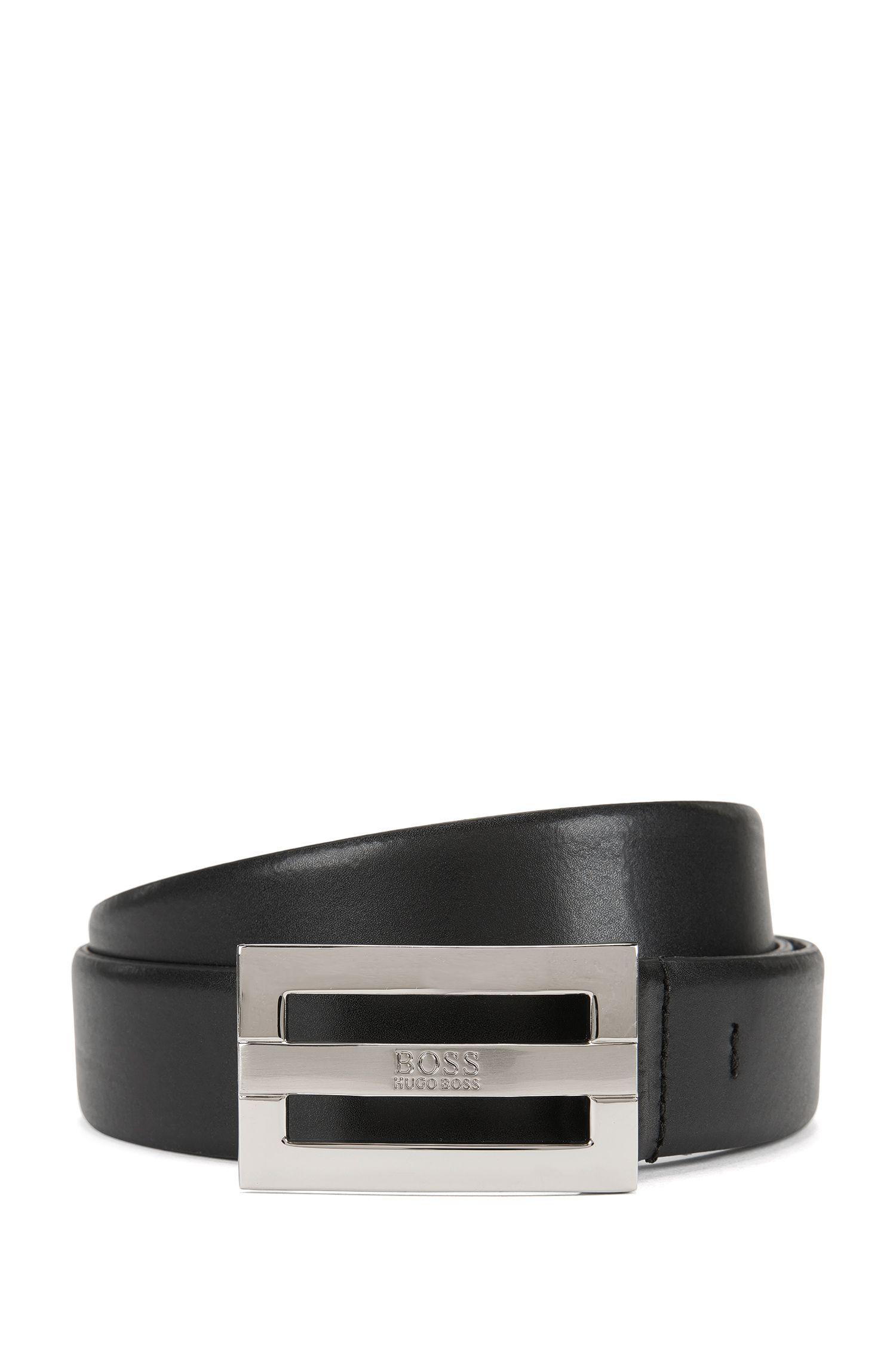Cinturón de piel con detalle de la marca en la hebilla