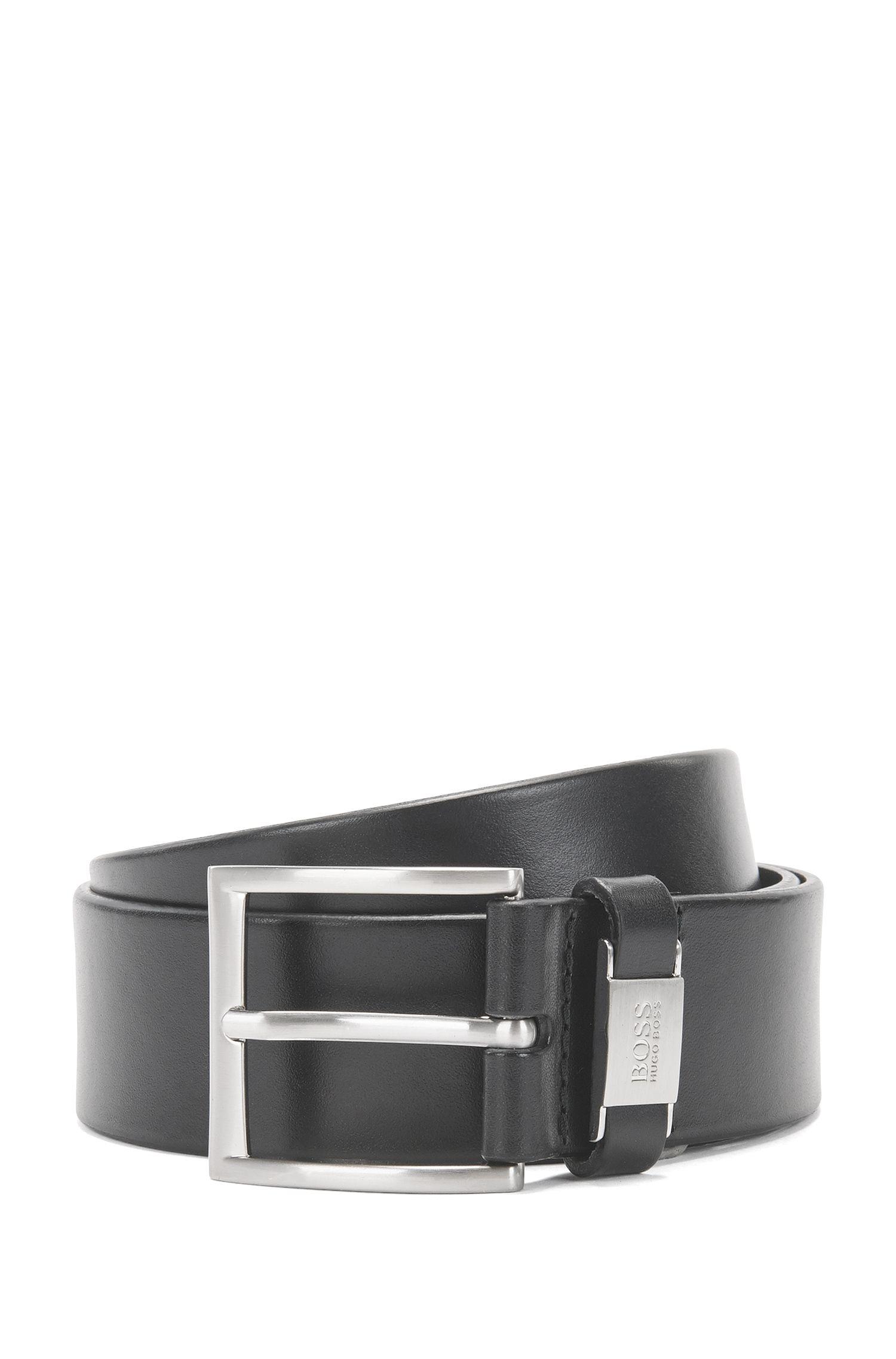Cintura in pelle con passante con rifinitura in metallo