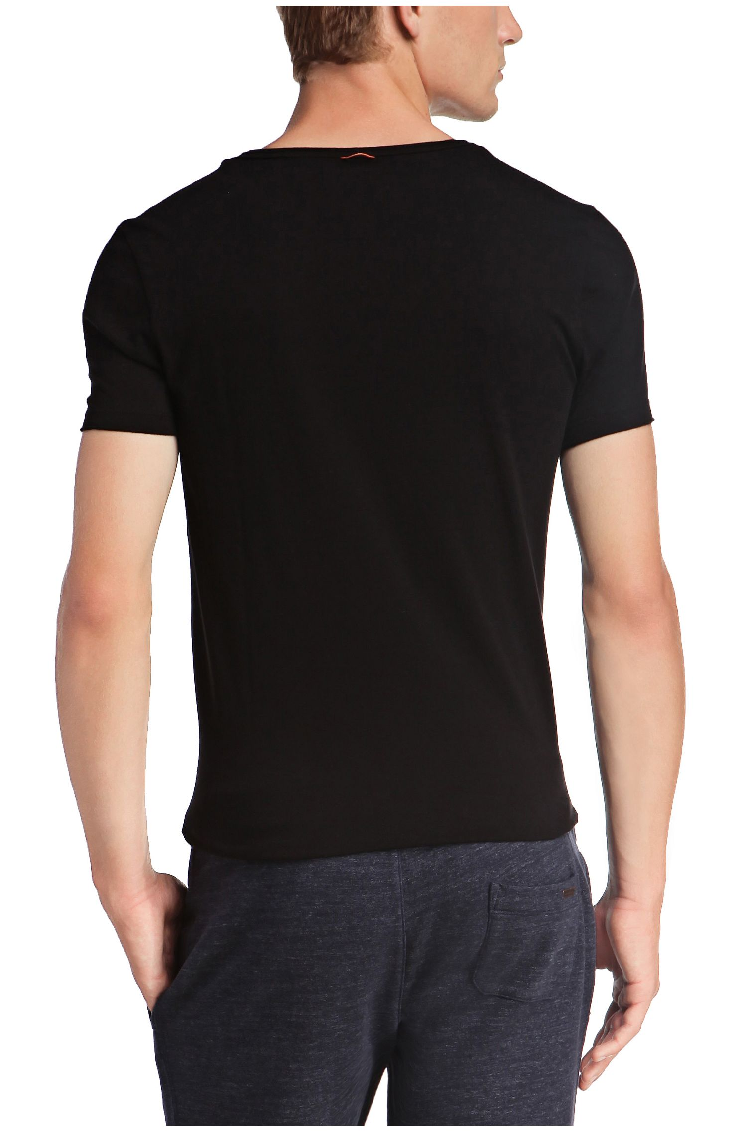 T-shirt regular fit con scollo a V a taglio vivo