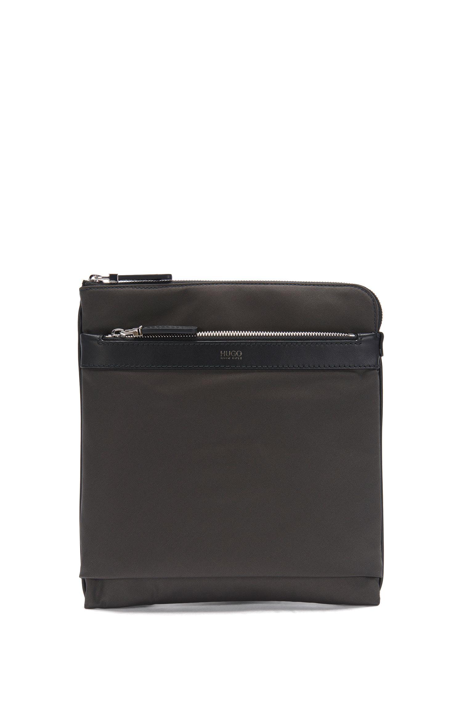 Bolso compacto de estilo bandolera con aplique de piel