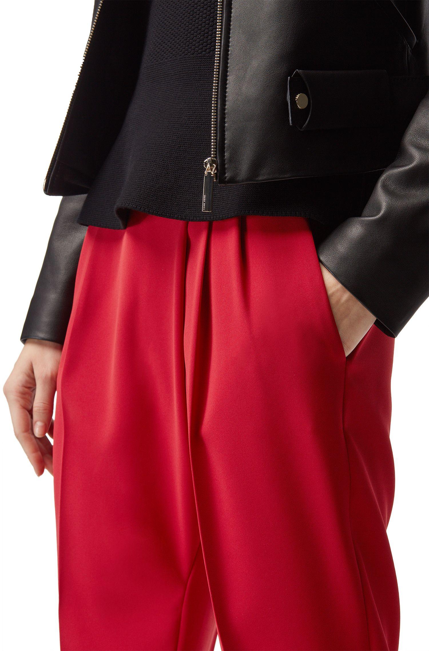 Relaxed-Fit Hose aus Krepp in Cropped-Länge mit asymmetrischer Falte, Rot