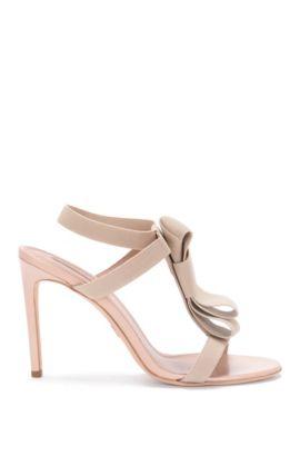 Hoge hakken van leer met elastische riempjes: 'Bow Tie Sandal', Lichtbeige