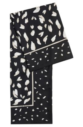 Omslagdoek van zijde met dessin: 'Lyta', Bedrukt