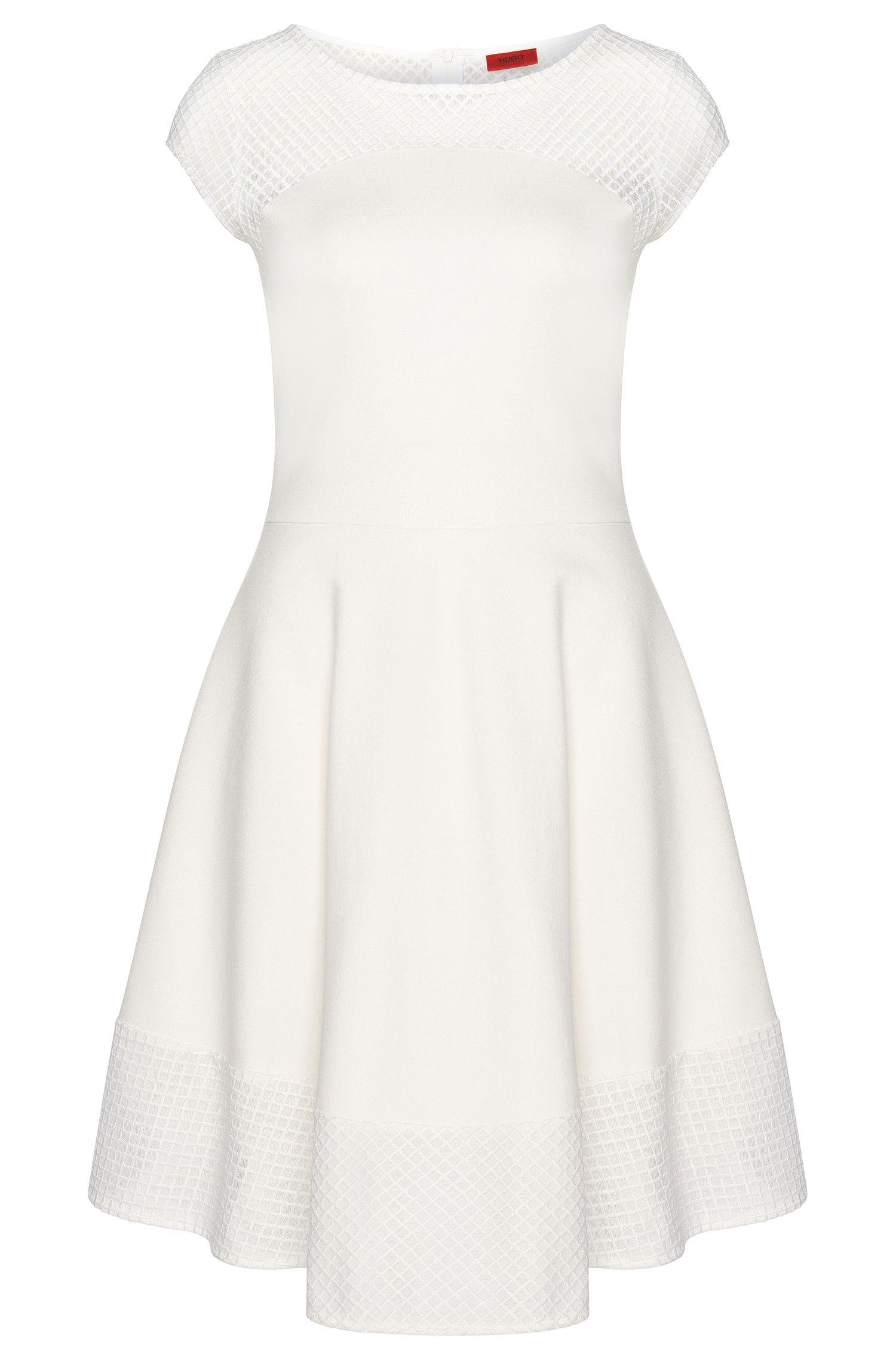 Ausgestelltes Kleid mit Stickereien: 'Diranda'