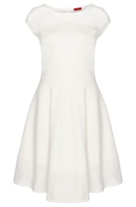 Ausgestelltes Kleid mit Stickereien: 'Diranda', Natur