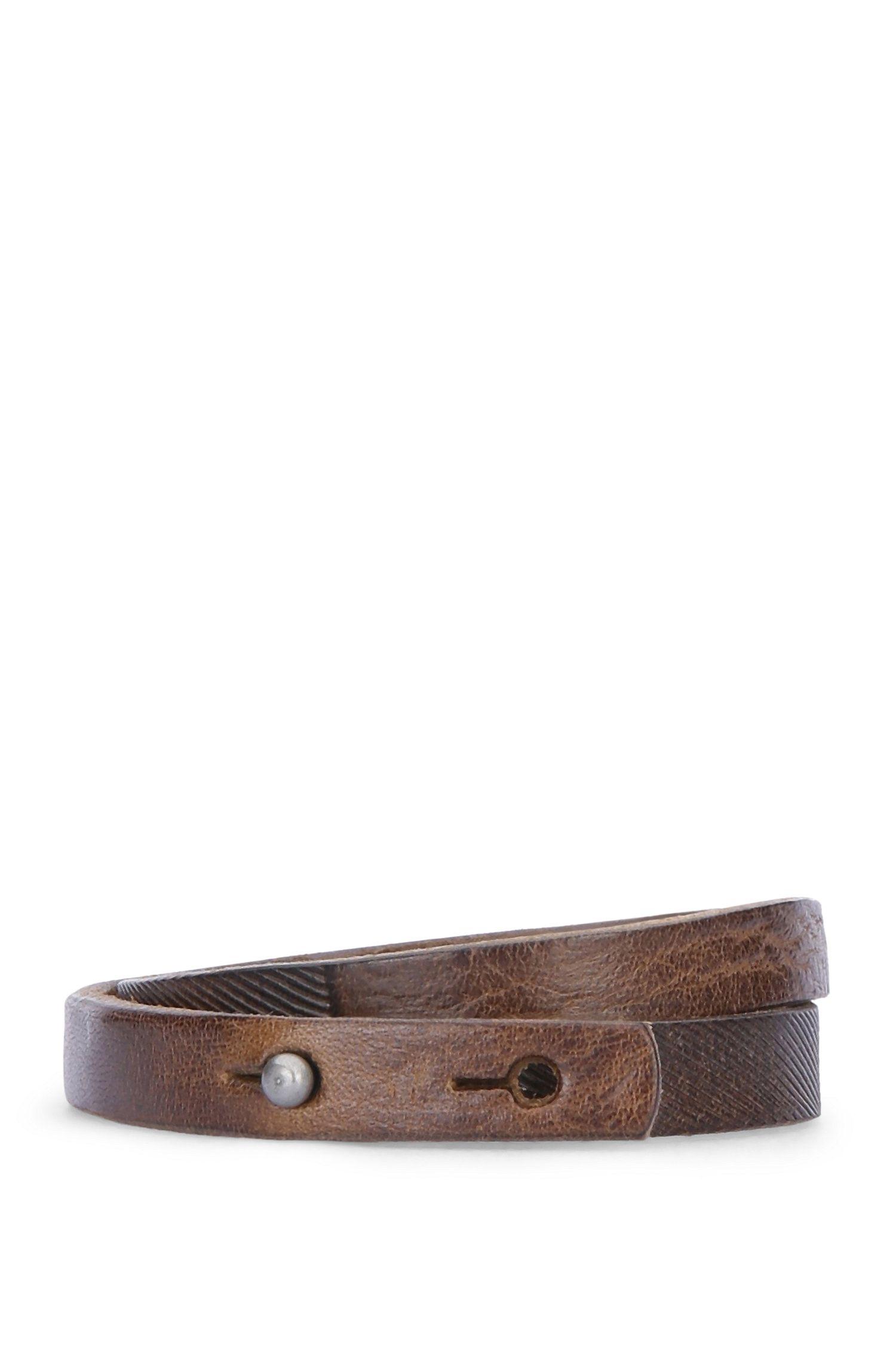 Bracelet enroulé, en cuir orné d'une gravure: «Morrison»