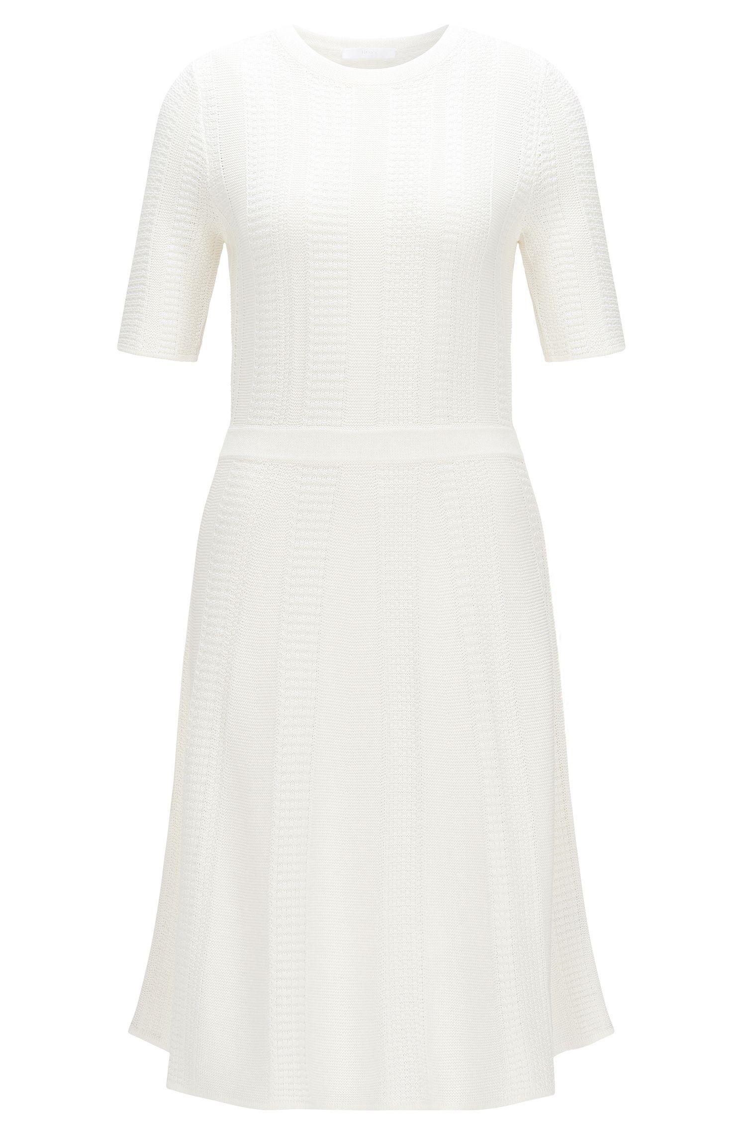 Getailleerde, gebreide jurk van een viscosemix met katoen: 'Frizana'