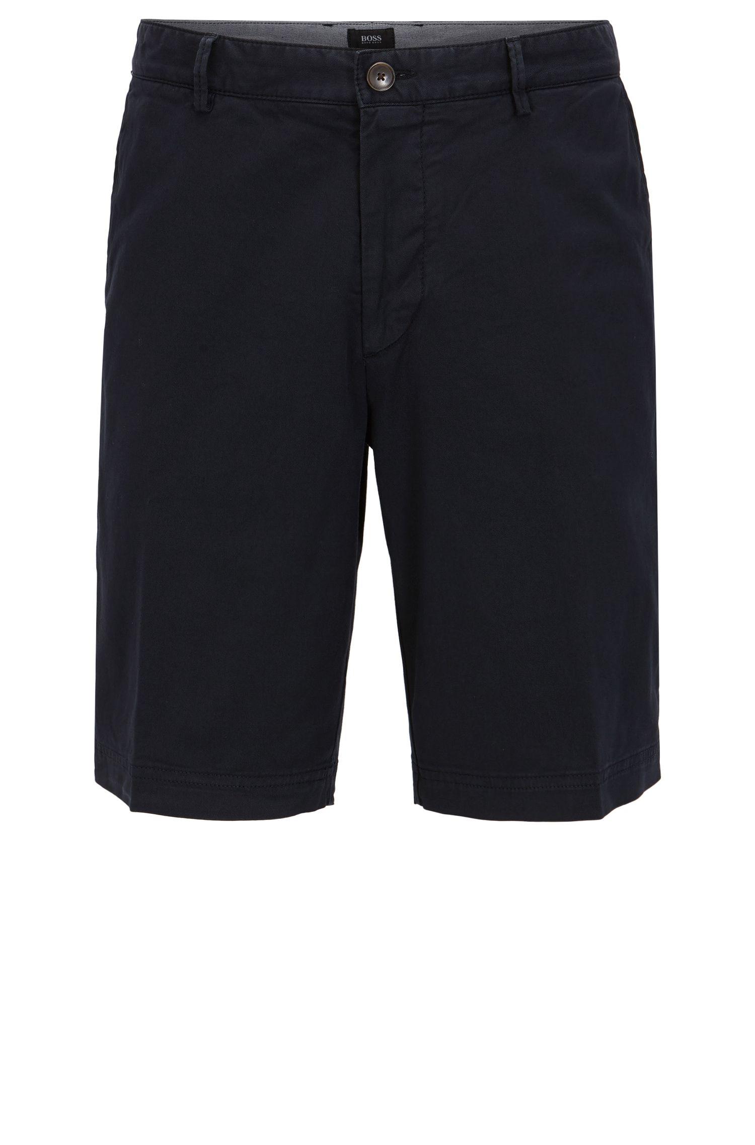 Shorts regular fit en tejido de gabardina elástico y compacto