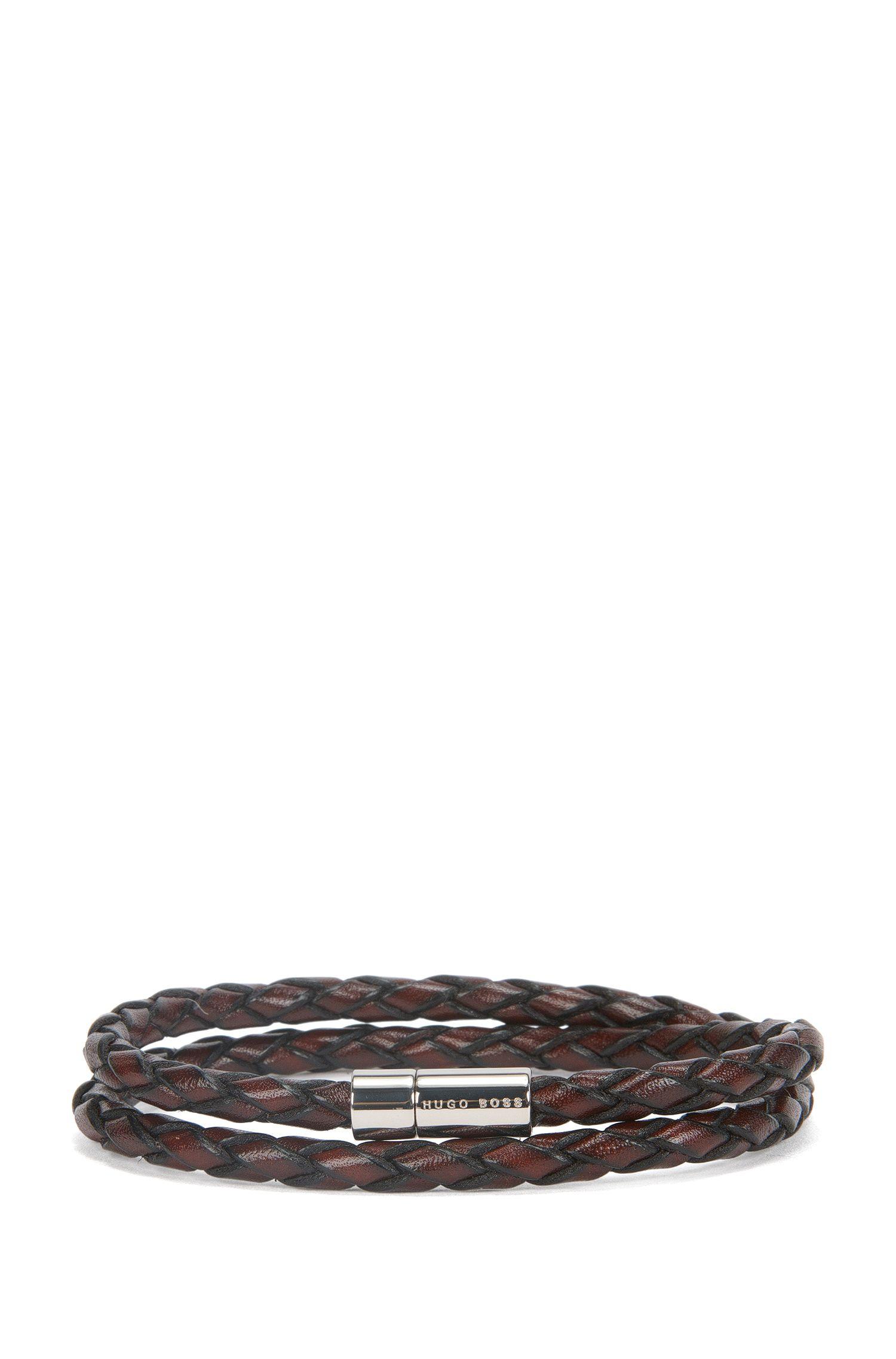 Bracelet tressé en cuir avec fermoir métallique à pression